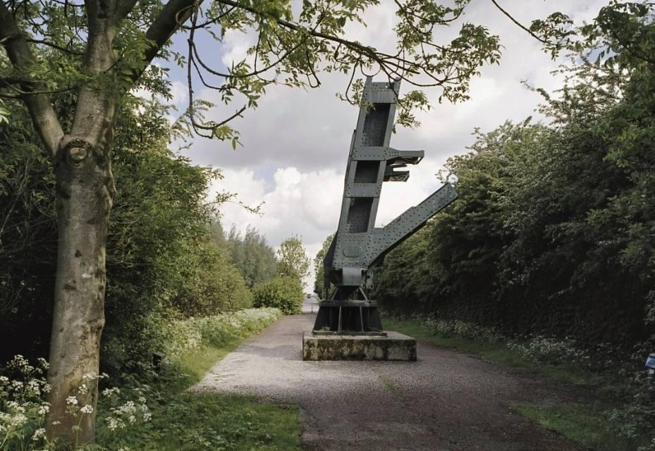 Zicht op de oude Rijksweg met monument van de Barendrechtse brug aan de noordkant (CC BY-SA 4.0 - RCE - wiki)