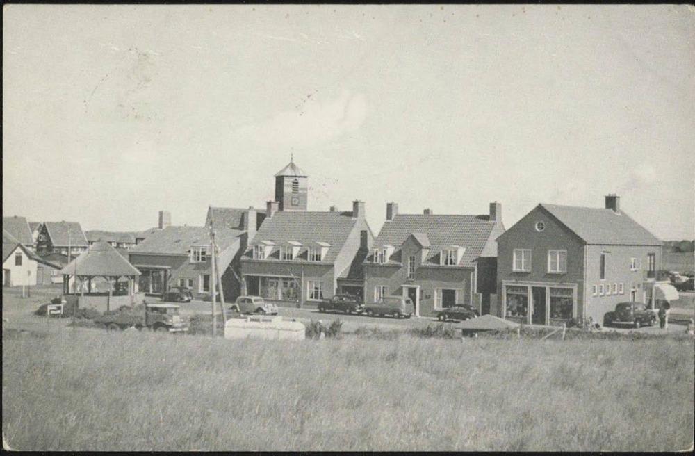 Dorpsplein van Callantsoog in 1955 met de Coöp-winkel als derde gebouw van rechts (Historische Vereniging Callantsoog)