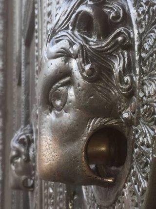 Duimgat in de deur van de Dom van Aken (CC BY-SA 4.0 - FlippyFlink - wiki)