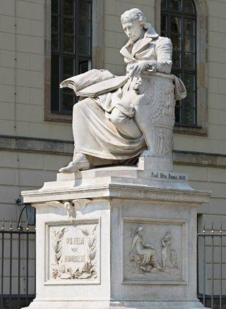 Beeld van Wilhelm von Humboldt voor de Humboldtuniversiteit (CC BY-SA 3.0 de - Christian Wolf - wiki)