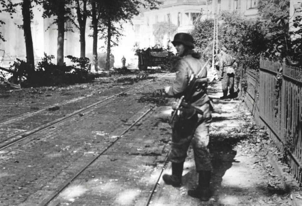 Duitse troepen in de Utrechtsestraat in Arnhem. Ze vechten hier tegen het Britse South Staffordshire Regiment. (Bron: Oorlogsbronnen, collectie NIOD)