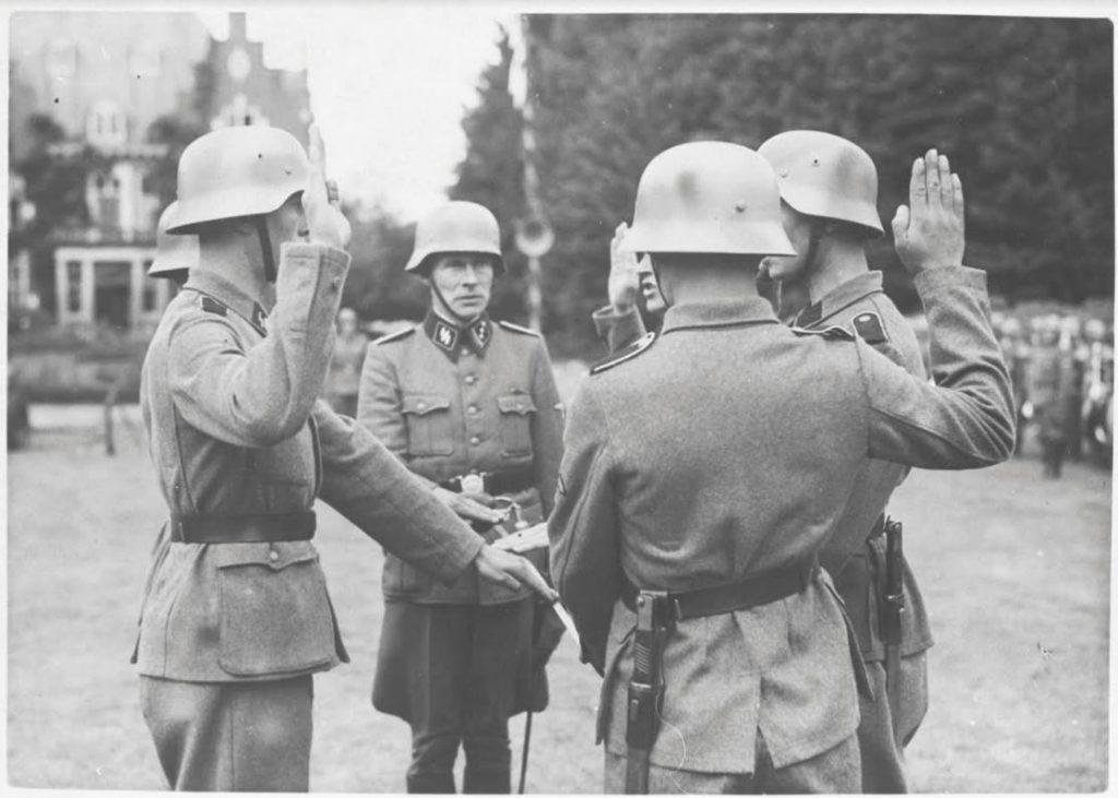 De beëdiging van het Wachbataillon Amersfoort, voordat ze in de strijd ingezet worden. De foto is gemaakt in 1944. (Bron: Oorlogsbronnen, collectie NIOD)