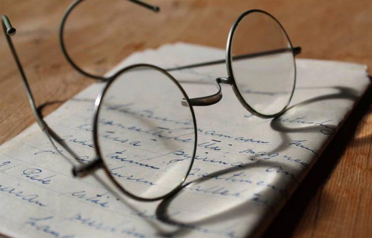 Geschiedenis van de bril en de uitvinding van de bril (Unspash - Anne Nygård)