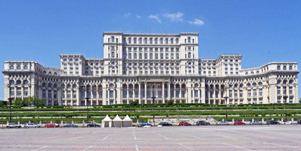 Het paleis van Nicolae Ceaușescu, het grootste gebouw van Europa. (CC0 - hpgruesen - wiki)