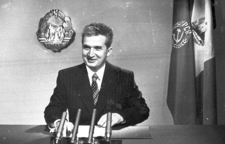 Ceaușescu geeft een oudejaarsavondboodschap op radio en televisie, 1978 (Foto: Romanian Communism Online Photo Collection - wiki)