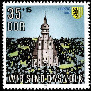Postzegel uit 1990 ter herinnering aan de demonstraties van 1989 (Publiek Domein - wiki)