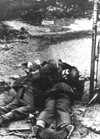 Twee gesneuvelde Britse airbornes in Arnhem. De foto is gemaakt tijdens Operatie Market Garden. (Bron: Oorlogsbronnen, collectie NIOD)