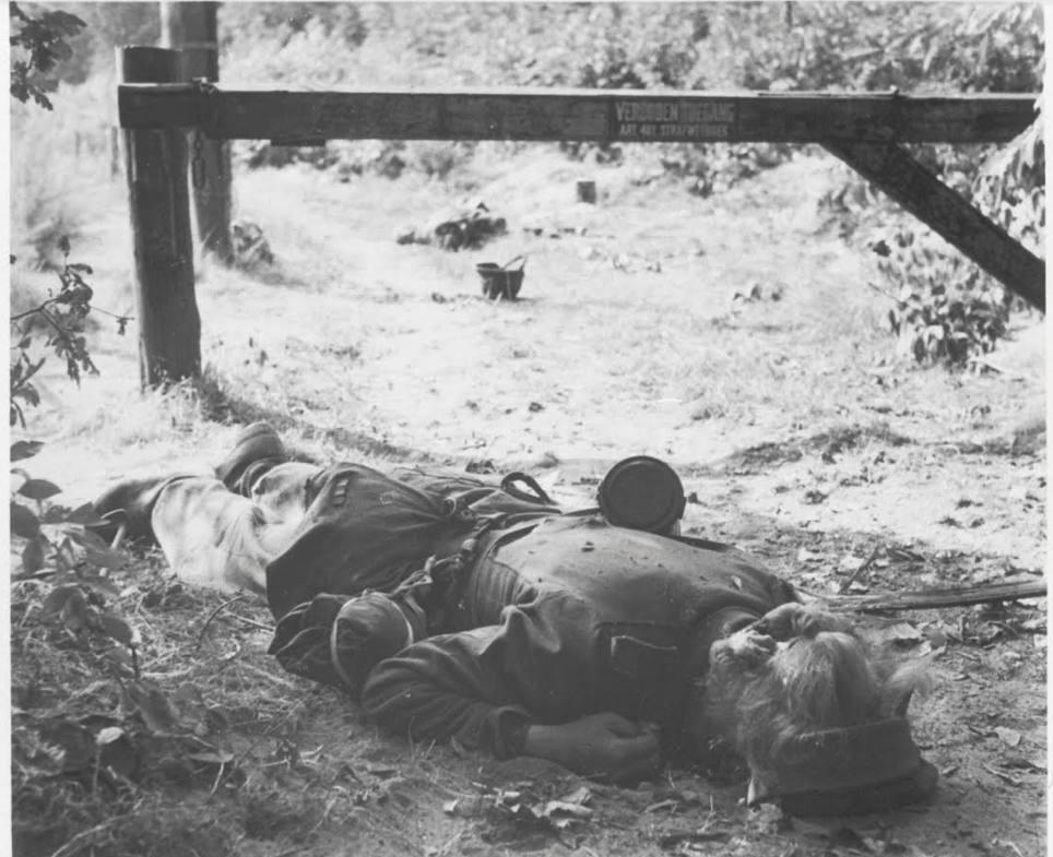 Twee gesneuvelde Duitse soldaten die in de nacht van 19 op 20 september probeerden de Britse linie bij Oosterbeek te infiltreren. (Bron: Oorlogsbronnen, collectie NIOD)