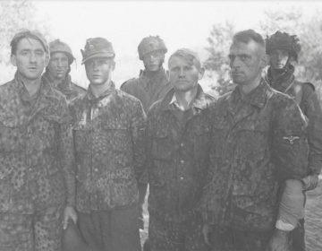 Vier krijgsgevangen Waffen-SS'ers tijdens Operatie Market Garden. (Bron: Oorlogsbronnen, collectie NIOD)