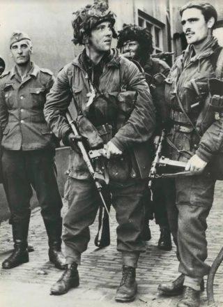 Een patrouille van Britse parachutisten vlakbij Oosterbeek op 18 september 1944. De Britten hebben een Duitse soldaat gevangen genomen. (Bron: Oorlogsbronnen, collectie NIOD)