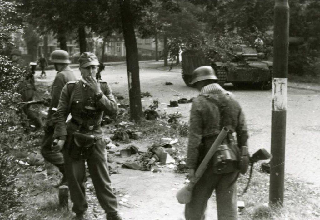 Duitse militairen zoeken naar achtergebleven uitrustingsstukken die achtergebleven zijn na de gevechten op 17 september in Arnhem. De foto is gemaakt op 19 september 1944. (Bron: Oorlogsbronnen, collectie NIMH)