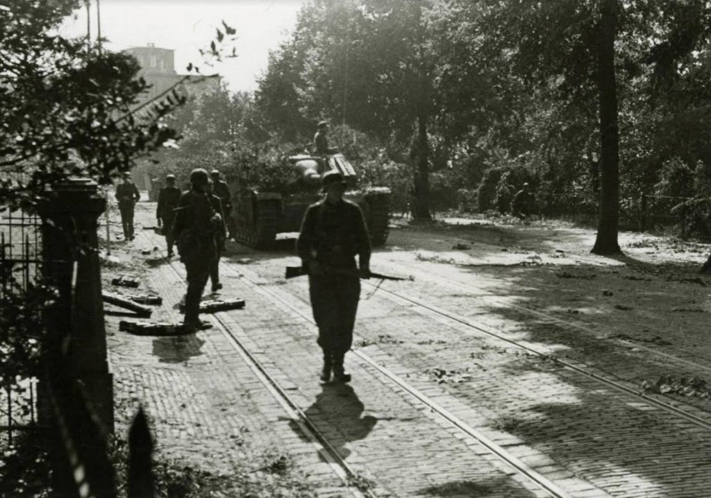 Duitse militairen trekken door de Utrechtseweg in Arnhem op 19 september 1944. (Bron: Oorlogsbronnen, collectie NIMH)