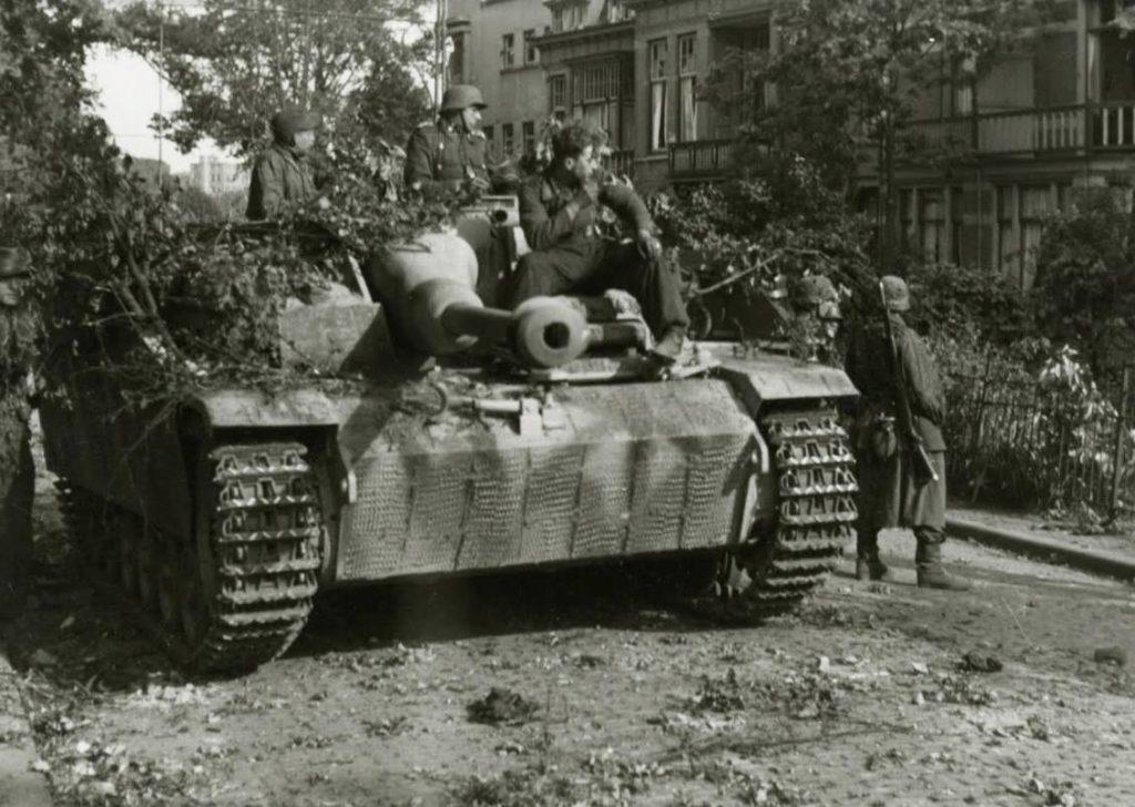 Duits gemotoriseerd geschut aan het Onderlangs in Arnhem. De foto is gemaakt op 19 of 20 september 1944. (Bron: Oorlogsbronnen, collectie NIMH)