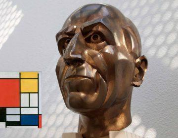 Bronzen buste van Piet Mondriaan te zien in het Mondriaanhuis in Amersfoort - Ferry Hoedeman, 1999 - Inzet: Compositie met groot rood vlak, geel, zwart, grijs en blauw (Foto: Historiek, 2019)