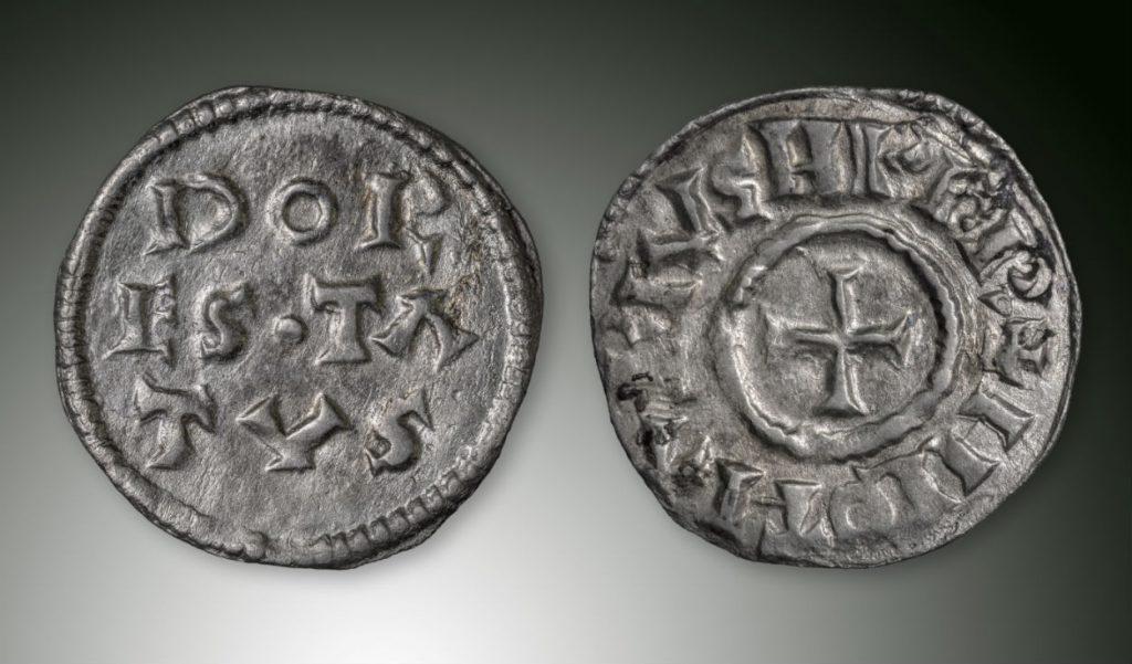 Dorestadmunt, rond 850 geslagen, onderdeel van de schat van Wirdum, zilver. Bruikleen van Sjoerd Bakker, Jildert de Boer en Thomas Menting (Fries Museum)