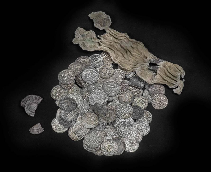 De schat van Wirdum, mogelijk aan het einde van 850 begraven, gevonden bij Wirdum, metaal en linnen. Bruikleen van Sjoerd Bakker, Jildert de Boer en Thomas Menting. Foto: Frans de Vries