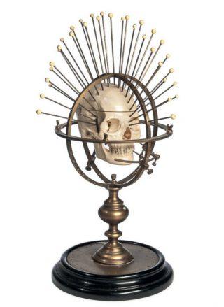 Craniometer van C.F.H. Heineman, eind negentiende eeuw. De pinnen in de ringen meten de afstand tot verschillende punten op de schedel voor de studie naar vorm en afmetingen.