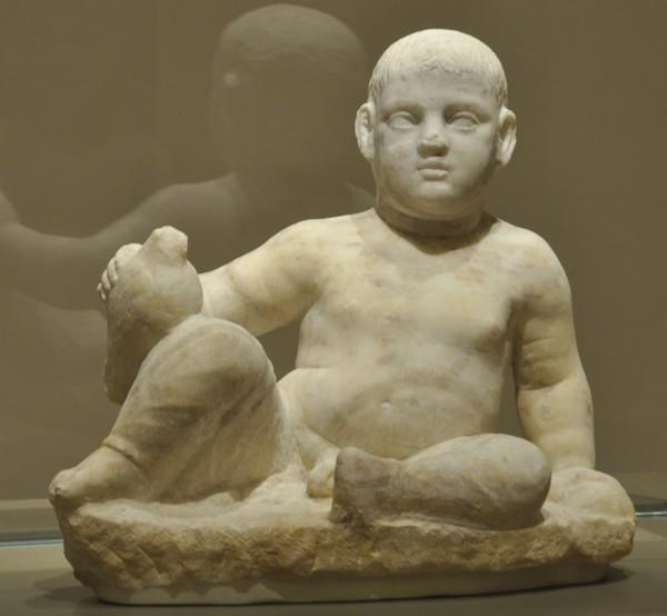 Beeld van een baby met vogel uit Bustan-esh Sheikh (Nationaal Museum, Beiroet)