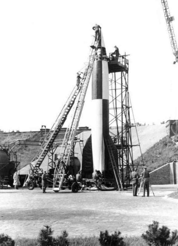 Voorbereidingen bij de start van een V2-raket, op de testlanceerbasis Peenemünde, maart 1942.