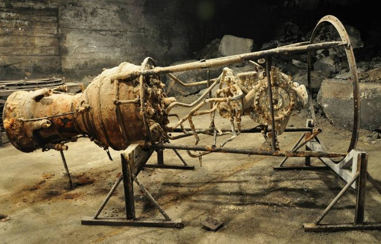 Roestige V2-raketmotor. geproduceerd in concentratiekamp Mittelbau-Dora (CC BY-SA 3.0 - Vincent van Zeijst - wiki)