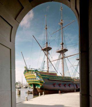 Zicht op de replica van de Amsterdam, met links de spiegel.