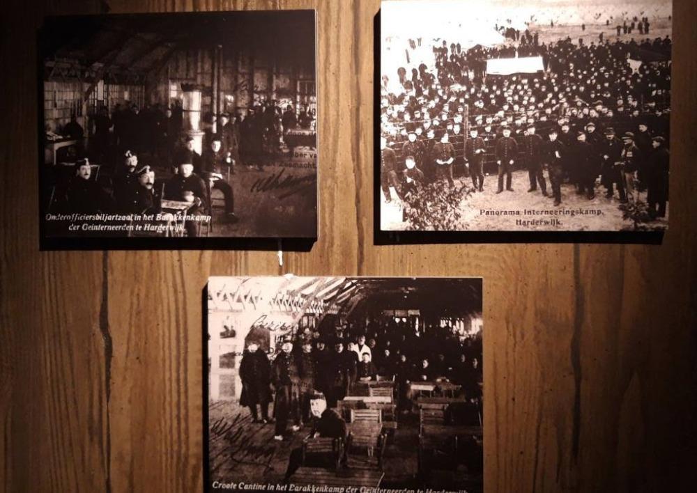 Wand in het Stadsmuseum met enkele foto's van het Belgenkamp