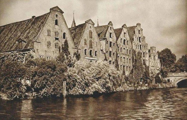 Zoutpakhuizen in Lübeck (foto Kurt Hielscher, 1925)