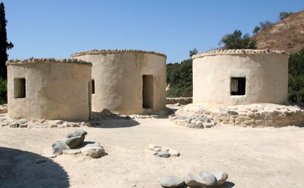 Recente foto van 'ronde huizen' in de neolithische nederzetting Khirokitia.