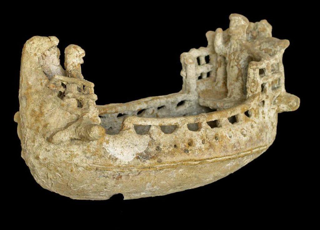 Terracotta scheepsmodel, ca. 600-500 v.Chr., h. 21,7 x br 43,7 cm., (vermoedelijk) Amathus kust - Privé collectie Cyprus