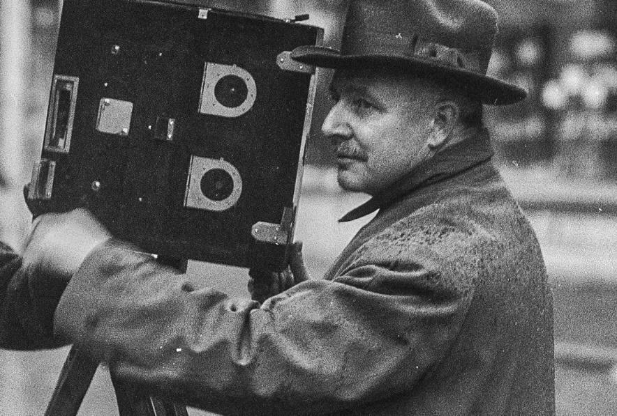 Willy Mullens achter de camera in 1928 in Breda