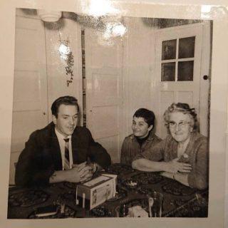 Rechts Johanna Breek. Links Pierre die dan net uit het gevang is voor de moord op de boekhandelaar. (Foto: Familie Bremer)