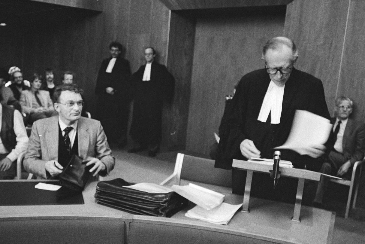 Kort geding Centrumpartij tegen uitgetreden lid Ben Fresco, maart 1984. Op de foto: Hans Janmaat en zijn advocaat Leo van Heijningen.