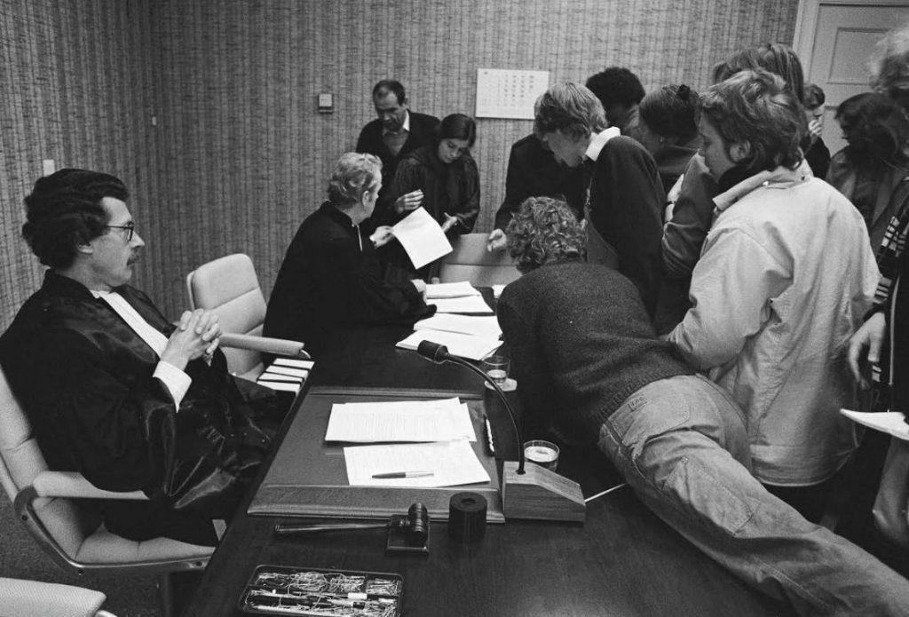 Kort geding Anne Frank Stichting tegen de Centrumpartij, mei 1984. Op de foto: 'stormloop' op afschriften van de uitspraak.