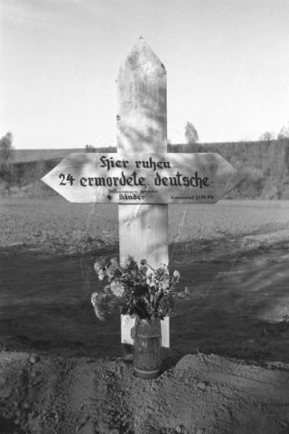 Kruis bij een in 1944 aangelegd massagraf voor 23 slachtoffers