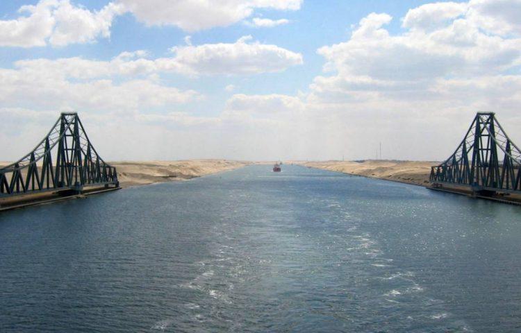 Het Suezkanaal bij de El Ferdan spoorbrug