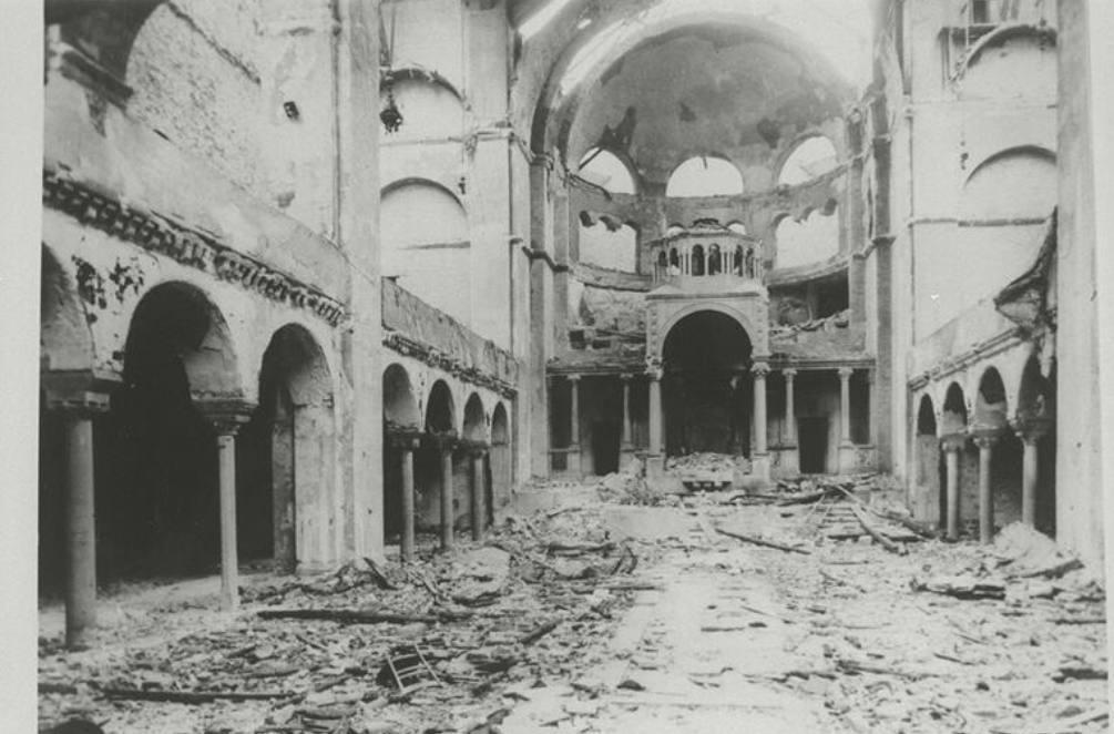 Interieur van een synagoge in Berlijn, verwoest tijdens de Kristallnacht, 1938