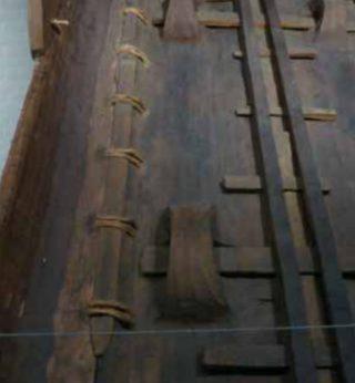 Reconstructie van een deel van de in Dover gevonden eikenhouten boot uit de bronstijd van rond 1550 voor Christus. Het is een sewn plank boat: de planken zijn met twijgen aan elkaar bevestigd.