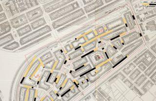 Een van de twee kaarten die Publieke Werken in 1942 voor Beauftragte Böhmcker van de Transvaalbuurt maakte. Deze kaart met schaal 1:1000 heet Joden – Niet-Joden. Joodse bewoners (lichtgeel) worden afgezet tegen niet-Joodse bewoners (zwart) waarbij 1 cm lengte van de opgeplakte stroken staat voor 50 personen.