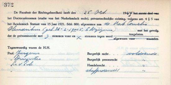 Ook het tentamenbriefje is overgeleverd, met daarop onder andere de datum van afstuderen en de hoogleraren die het doctoraal examen afnamen. Foto: Archief Radboud Universiteit.