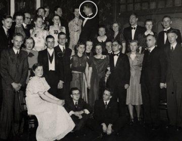 De Kat was één van de weinige protestantse studenten aan de katholieke universiteit in Nijmegen. De enige foto van hem bekend is, toepasselijk genoeg, een groepsfoto van protestantse studenten. De man boven in het midden is De Kat. Foto: Regionaal Archief Nijmegen.