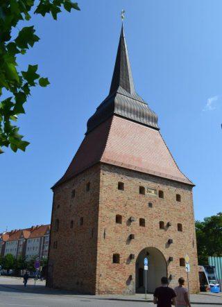 De Steintor behoorde tot het zuidelijk deel van de stadsversterking van Rostock; de huidige vorm dateert uit 1574-1577. | Foto H.M.D. Dekker.