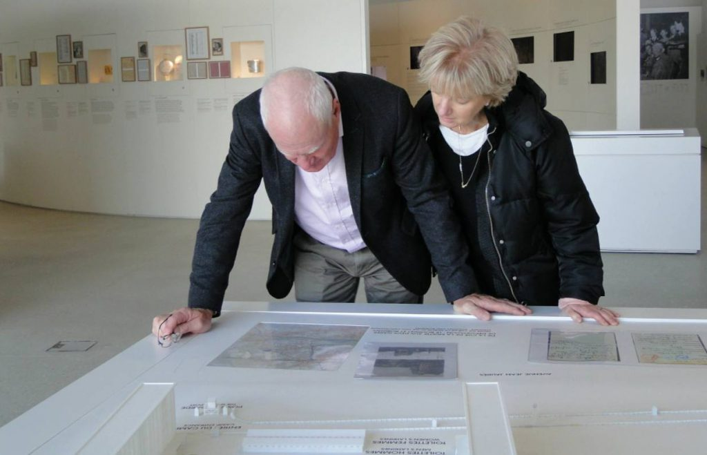 John  en Sally Giles-Kartun in het documentatiecentrum Shoah Memorial Drancy