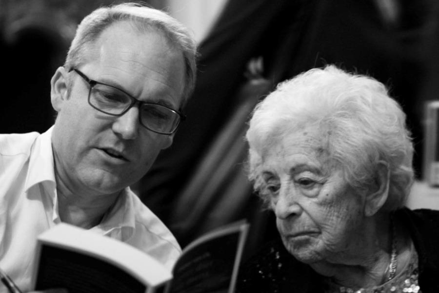 Marilka Shlafer (Mala) en Pieter van Os, auteur van het boek, genomen door Ward op den Brouw, op de presentatie bij uitgeverij Prometheus.