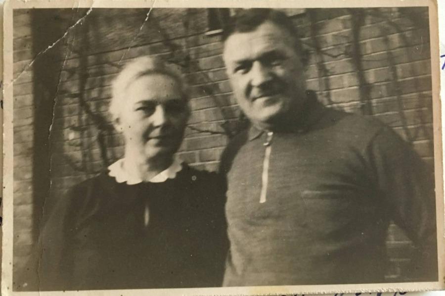 Otto en Emma Möller, in 1952. Als overtuigde nazi's namen ze Mala, het Volksduitse meisje uit Polen, graag op in hun gezin. Foto in bezit van Wilfried Spahr, kleinzoon van Otto en Emma.
