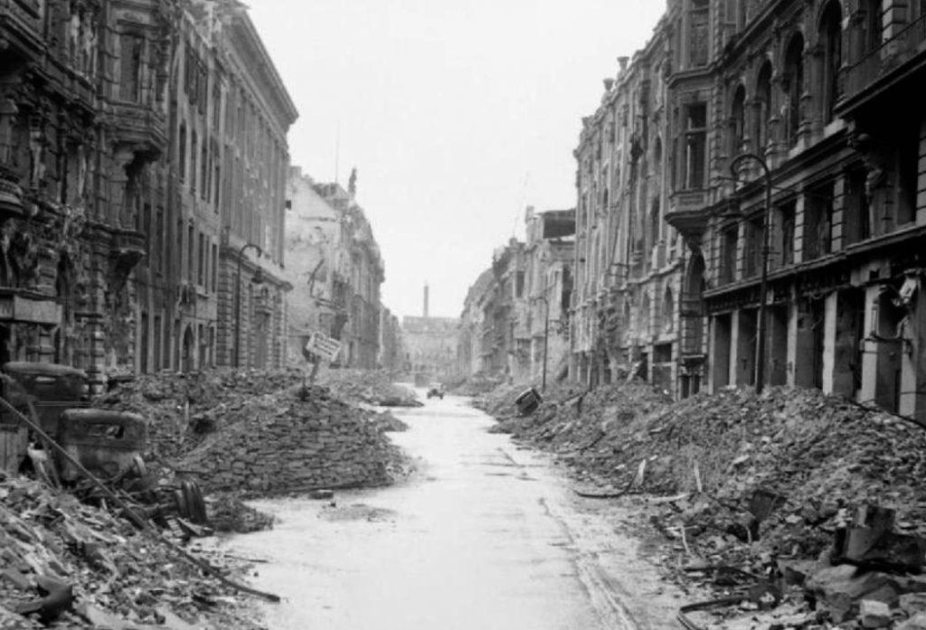 Verwoest Berlijn, 1945