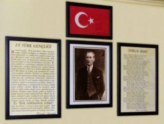 Foto gemaakt in een Turks klaslokaal met rechts de tekst van het volkslied van Turkije