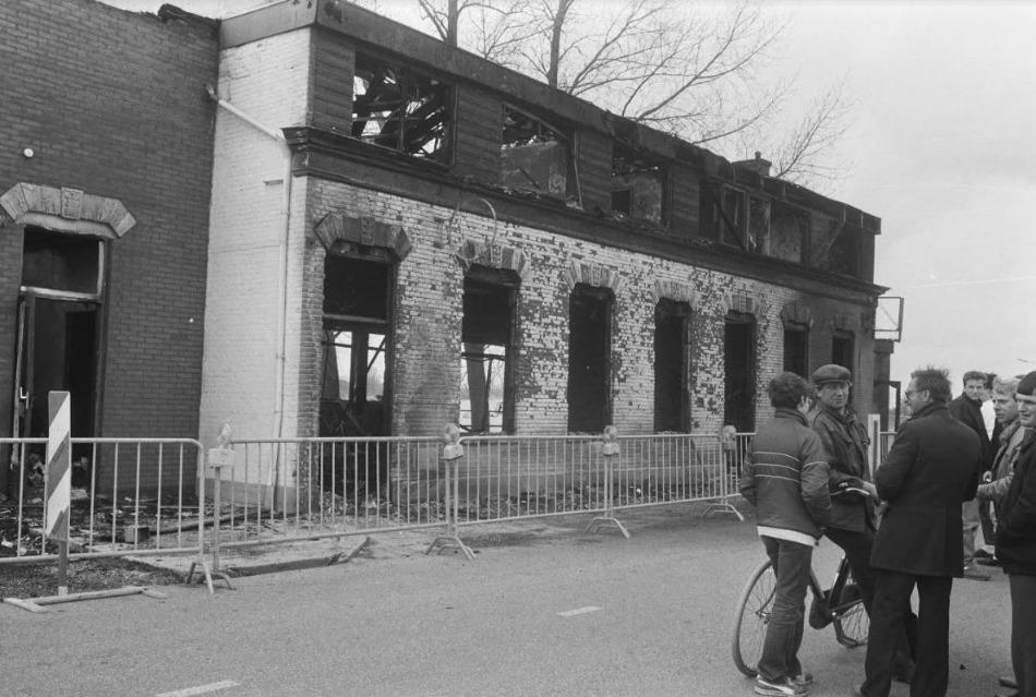 Hotel Cosmopolite in Kedichem, geheel uitgebrand na een actie van antifascisten tegen een CP-congres; maart 1986