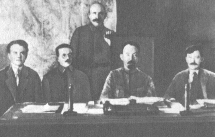 Leden van het presidium van de Tsjeka, 1921. Tweede van rechts: Dzerzjinski