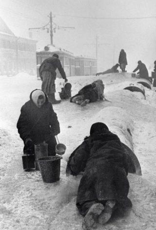 Inwoners van Leningrad halen water uit een gebroken waterpijp, 1942