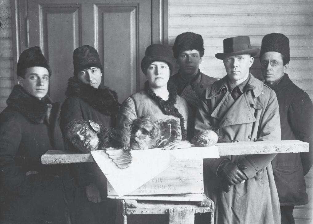 Wolfe is de tweede van rechts en wordt omringd door Russische tolken en Sovjetfunctionarissen.